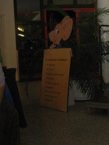 Nein, das ist nicht der Kampf der Negel im Tunnel! Das ist ein schlecht ausgeleuchtetes Foto der besagten Tafel im Foyer des Reinhold-Frank-Schulzentrums Ostrachtal mit den monierten Verhaltensregeln inklusive Rechtschreibfehler. Trotz der schlechten Bildqualität dient es den schieren Beweiszwecken. Foto: Karin Burger