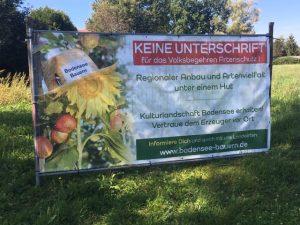 """Protestplakat in Langenargen von Bodensee-Bauern i. e. Maschinenbetriebsring Tettnang e. V. gegen das Volksbegehren """"Rettet die Bienen"""". Foto: Elke Krieg"""