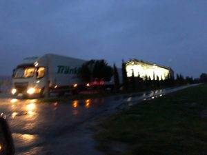 Was Sie hier sehen (Aufnahme Oktober 2019), ist nicht etwa einfacher Schwerlastverkehr mit 40-Tonnen-Lkw vor der Kühlhalle Gartenbau Knam. Monatelange verbissene Recherche beförderte die Erkenntnis zu Tage: Das ist landwirtschaftlicher Verkehr pur! Foto: Elke Krieg