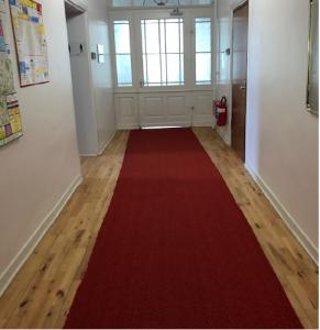 Das Verwaltungsgericht Sigmaringen hatte für uns den roten Teppich ausgerollt. Und vorne rechts (?) neben der Tür, das sehe ich jetzt erst, hängt noch ein kleiner Gruß der Feuerwehr Ummendorf? Foto: Elke Krieg